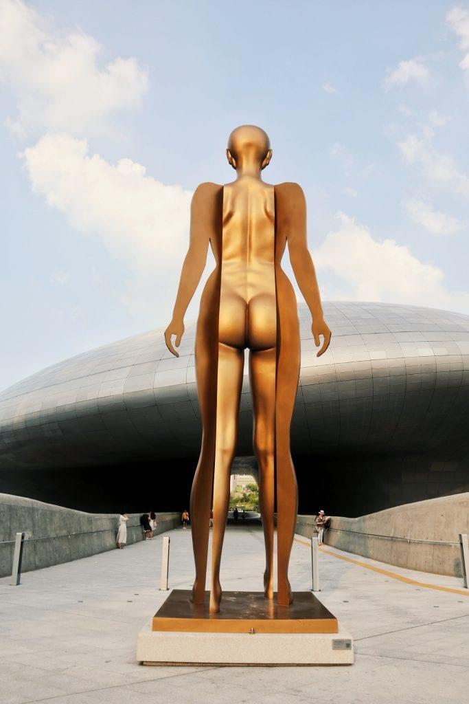 goldene Statue vorm Dongdaemun Design Plaza
