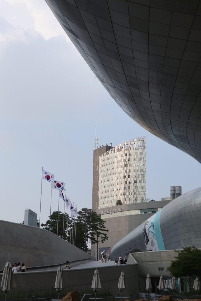 Koreanische Flaggen am Dheonggye Stream