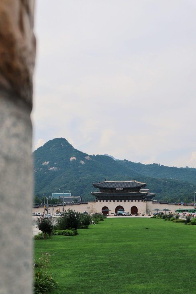 Gyeongbokgung Palast mit dem Bugaksan Mountain im Hintergrund
