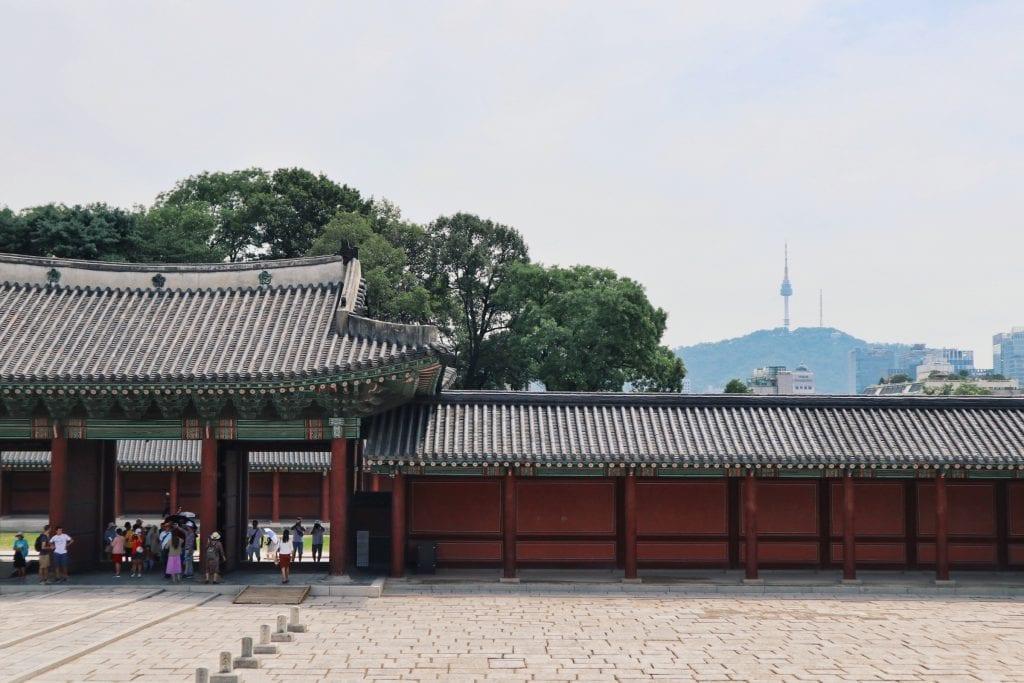 Injeongmun Gate mit Blick auf Seoul Tower