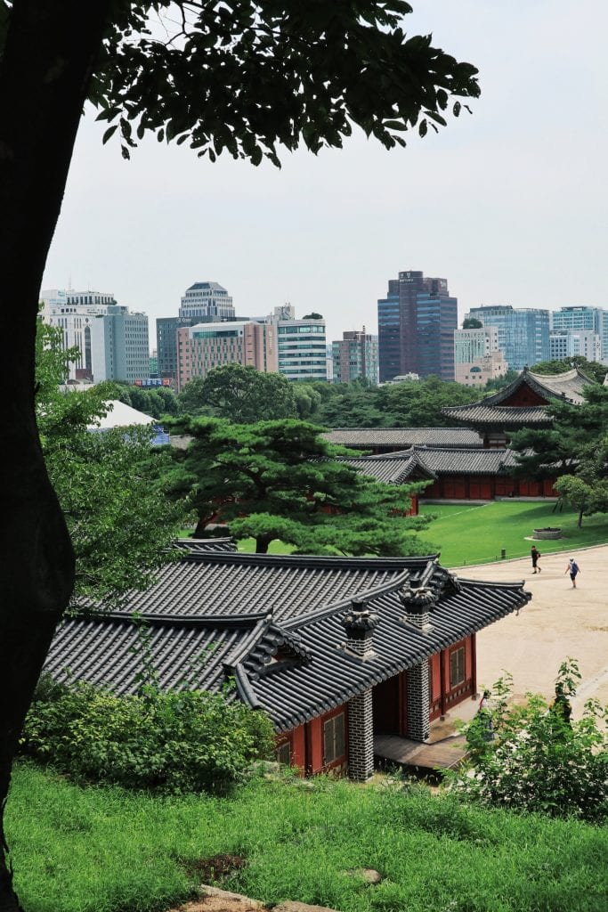 Changgyeonggung Palast mit Seoul Skyline