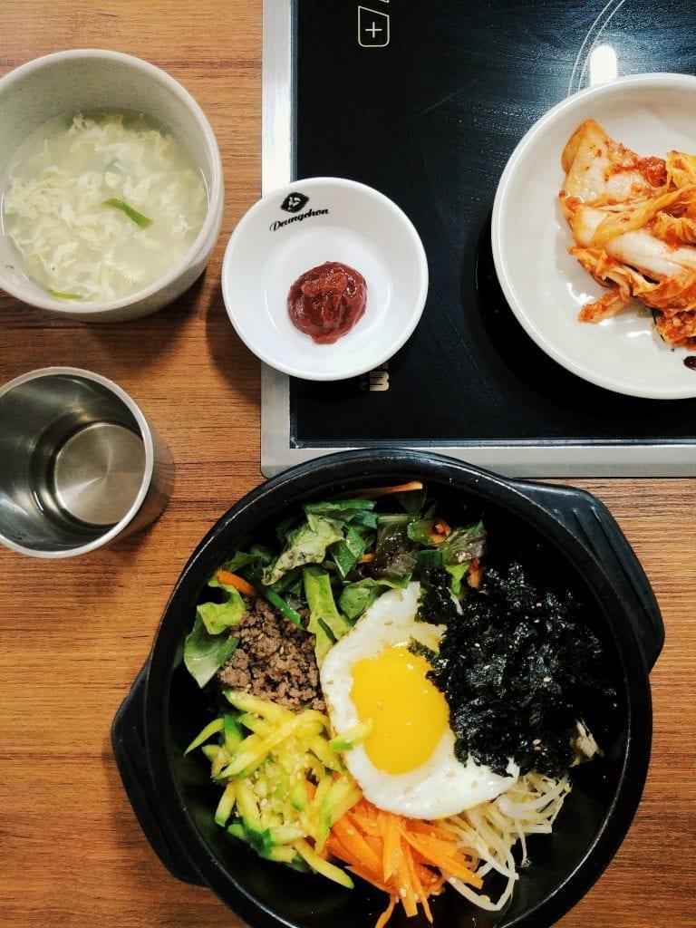 Bibimbap essen im Restaurant
