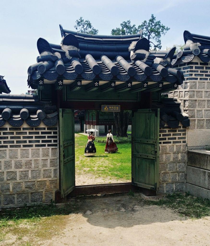 Hanboks an der Injeongjeon Hall