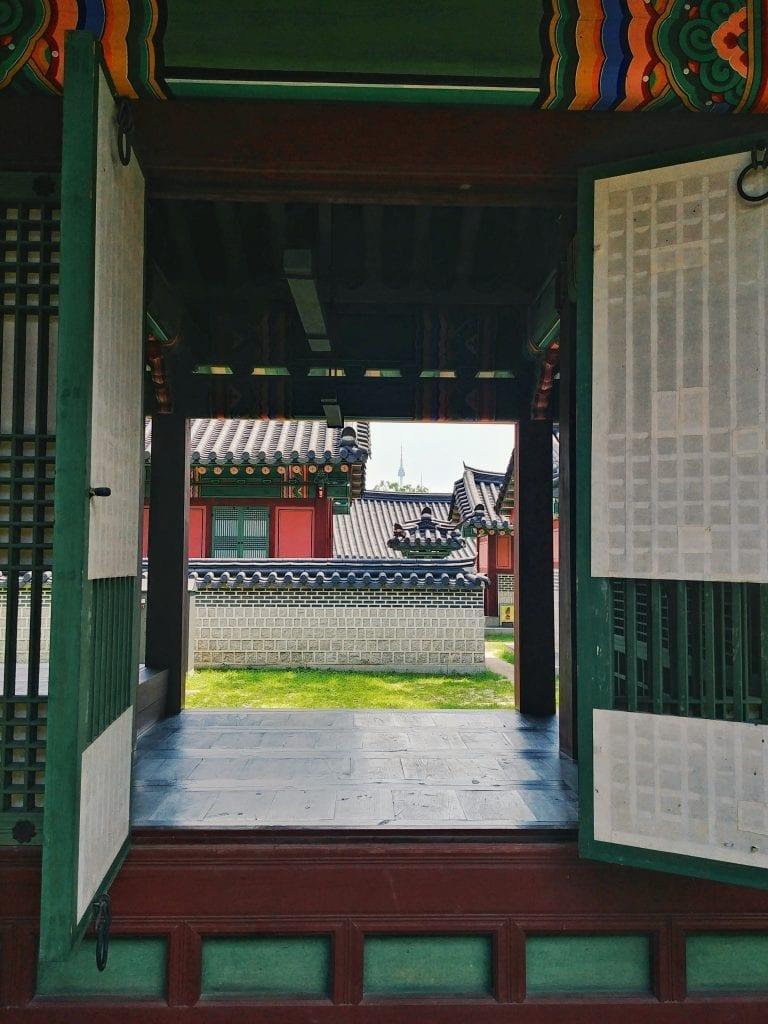 offenes Fenster mit Blick auf Seoul Tower, Changgyeonggung Palast