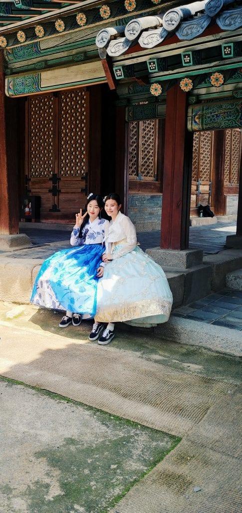 Südkoreanerinnen in traditionellen Hanboks