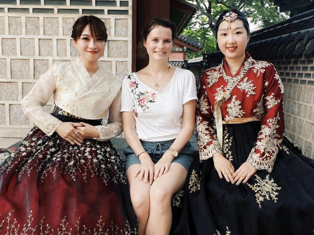 Travellerin Lisa und zwei Südkoreanerinnen in Hanboks