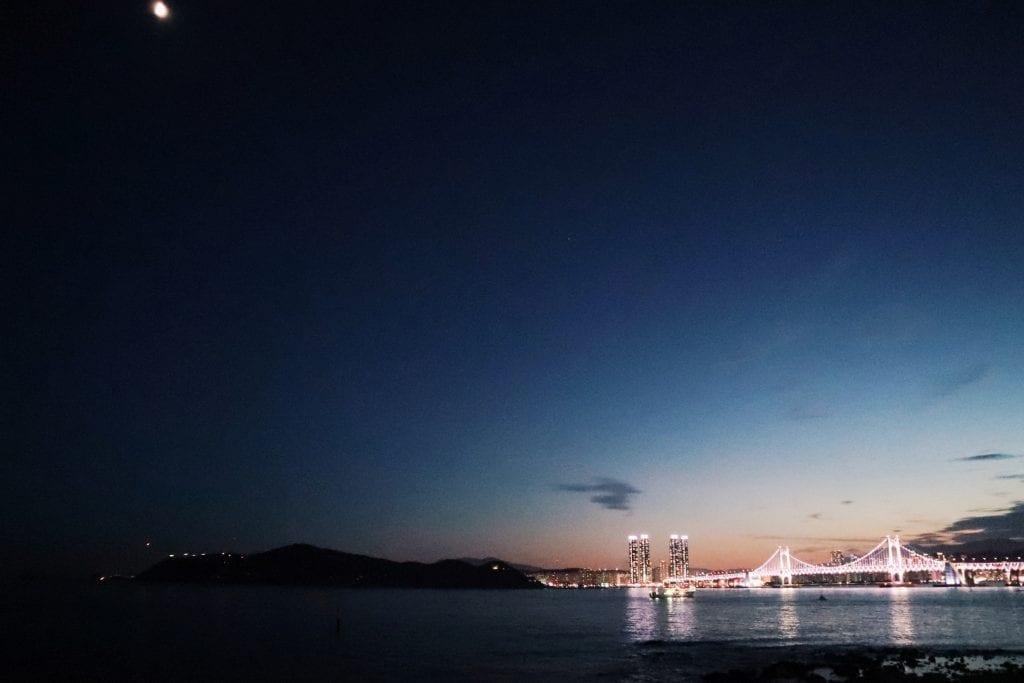Mondschein über der Gwangan Bridge in Busan