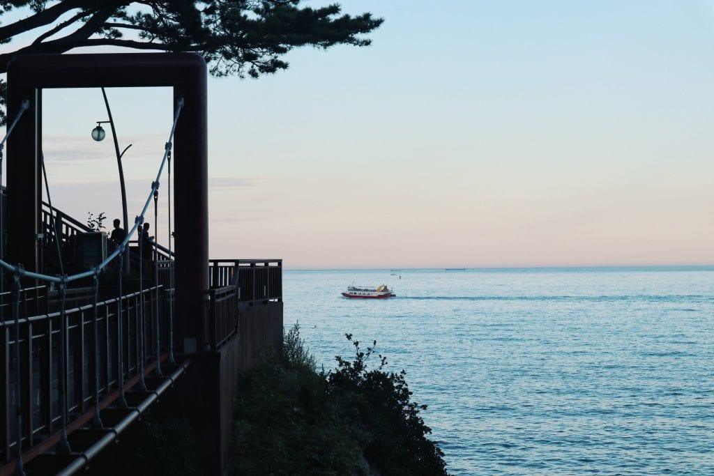 Holzbrücke an der Küste von Busan
