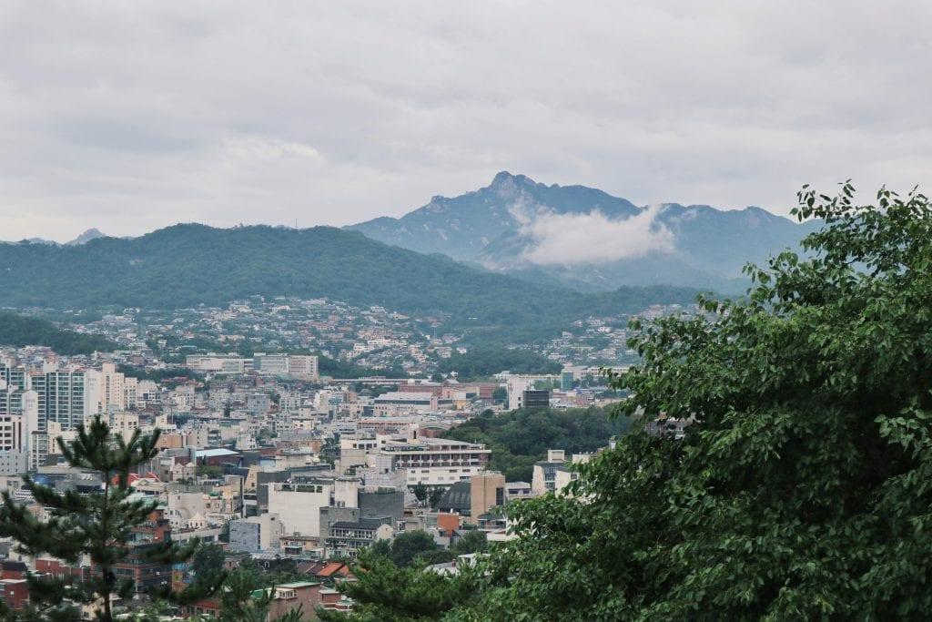 Blick vom Ihwa Mural Village auf die Berge von Seoul