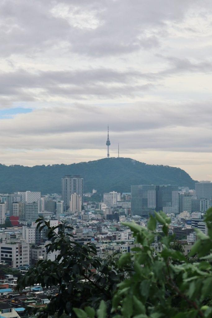 Blick auf den N Seoul Tower im Ihwa Village
