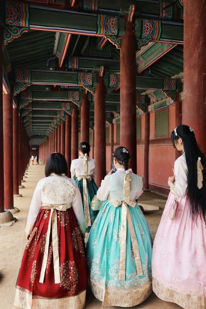 Traditionelle Kleidung im Gyeongbokgung Palast