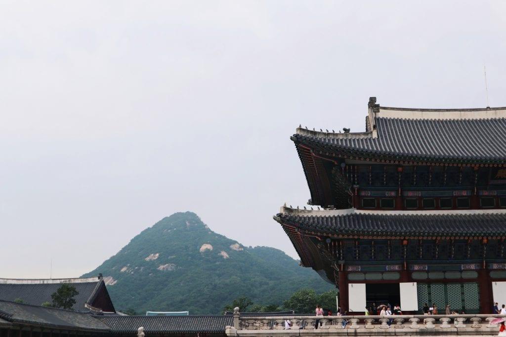 Gyeongbokgung Palast mit Blick auf die Berge