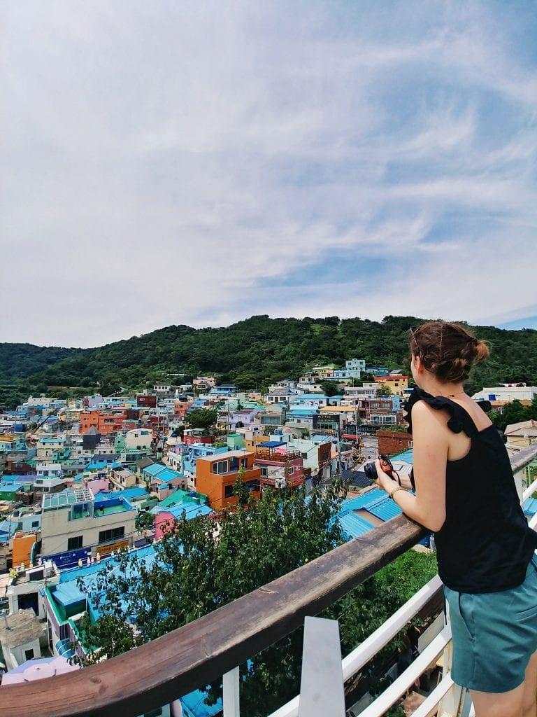 Travellerin Lisa blickt auf das Gamcheon Culture Village