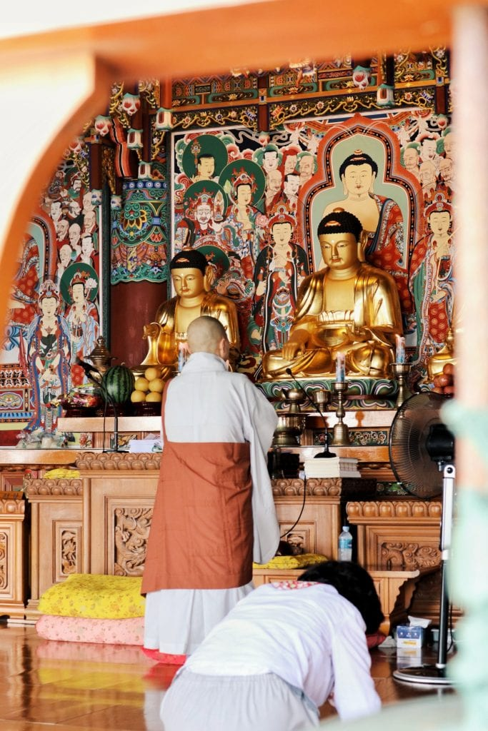 Mönch im Tempel Haedong Yonggungsa