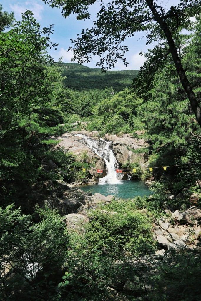 Wasserfall im Park vom Jongsan Mountain