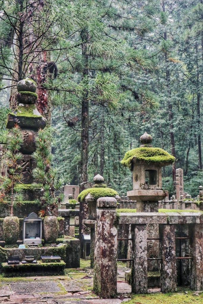 Moosbedeckte Schreine im Okunoin-Friedhof