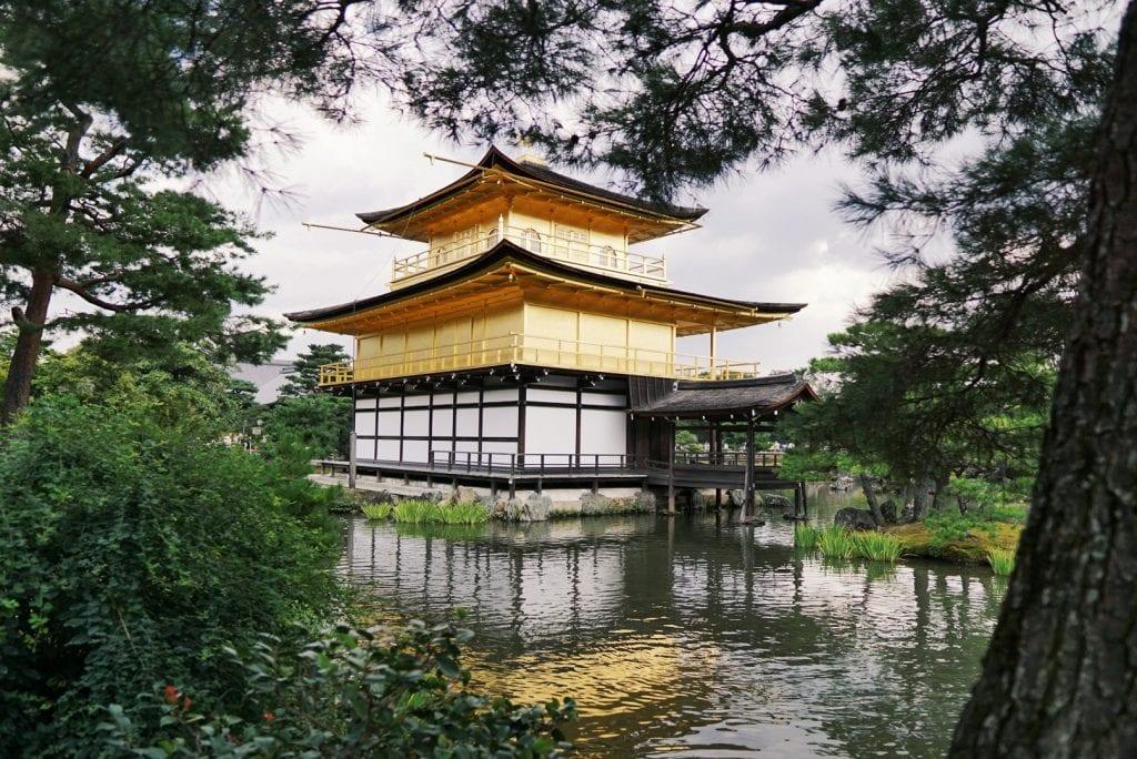 Der goldene Tempel vor See