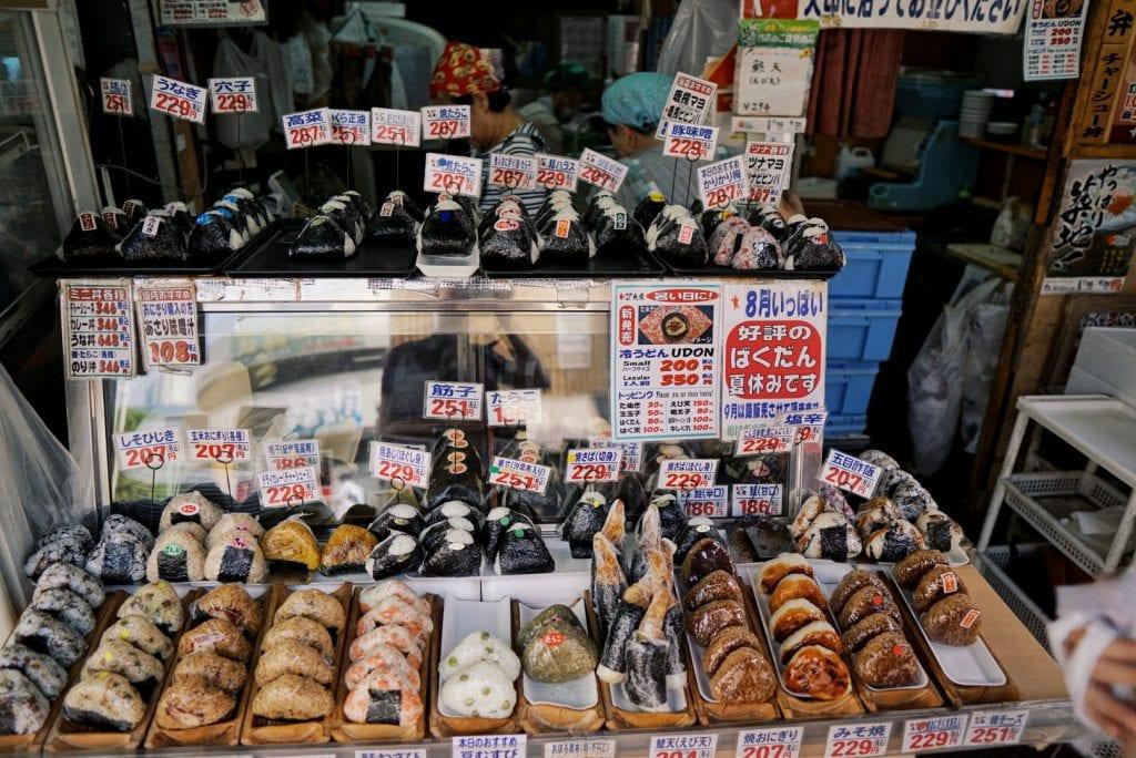 Onigiri auf dem Tsukiji Fischmarkt