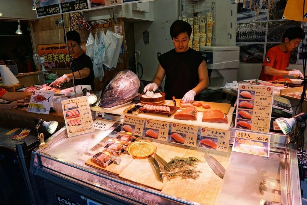 Tunfisch-Verkäufer auf dem Tsukiji Fischmarkt