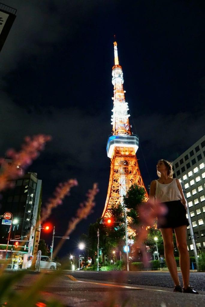 Travellerin Lisa vorm Tokyo Tower