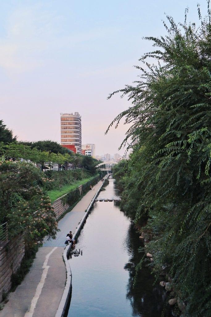 Ankunft in Seoul: Spazieren am Cheonggye Fluss in Seoul