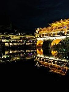 Chinas schönste Stadt Fenghuang, Brücke bei Nacht