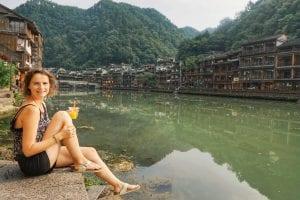 Travellerin Lisa mit Mangojuice in Fenghuang
