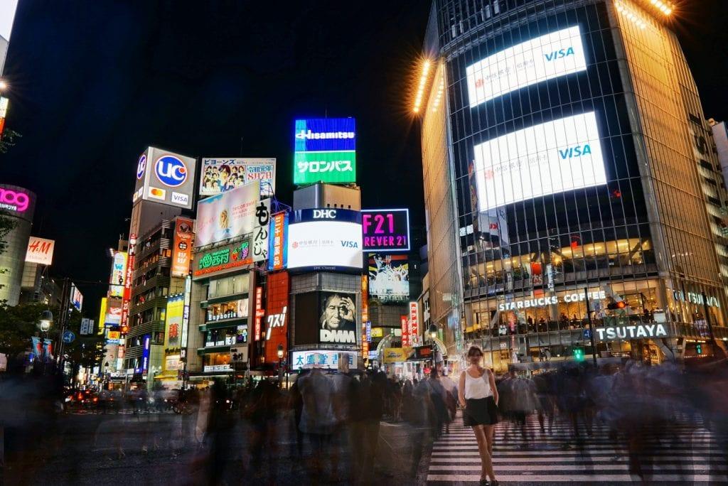 Travellerin Lisa am Shibuya Crossing bei Nacht