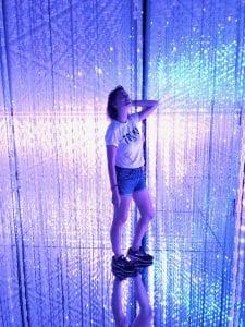 Travellerin Lisa bei teamLab Borderless in Tokyo