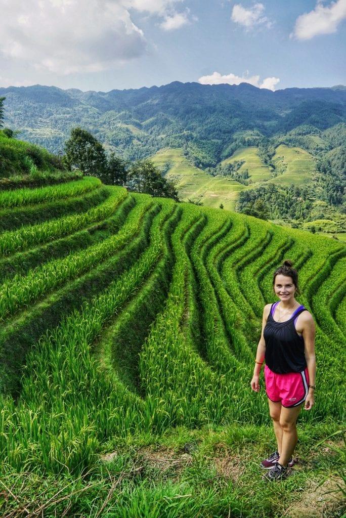 Travellerin Lisa vor den Reisterrassen von Longsheng