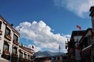 Innenstadt Lhasa mit blauem Himmel_Ankunft in Tibet