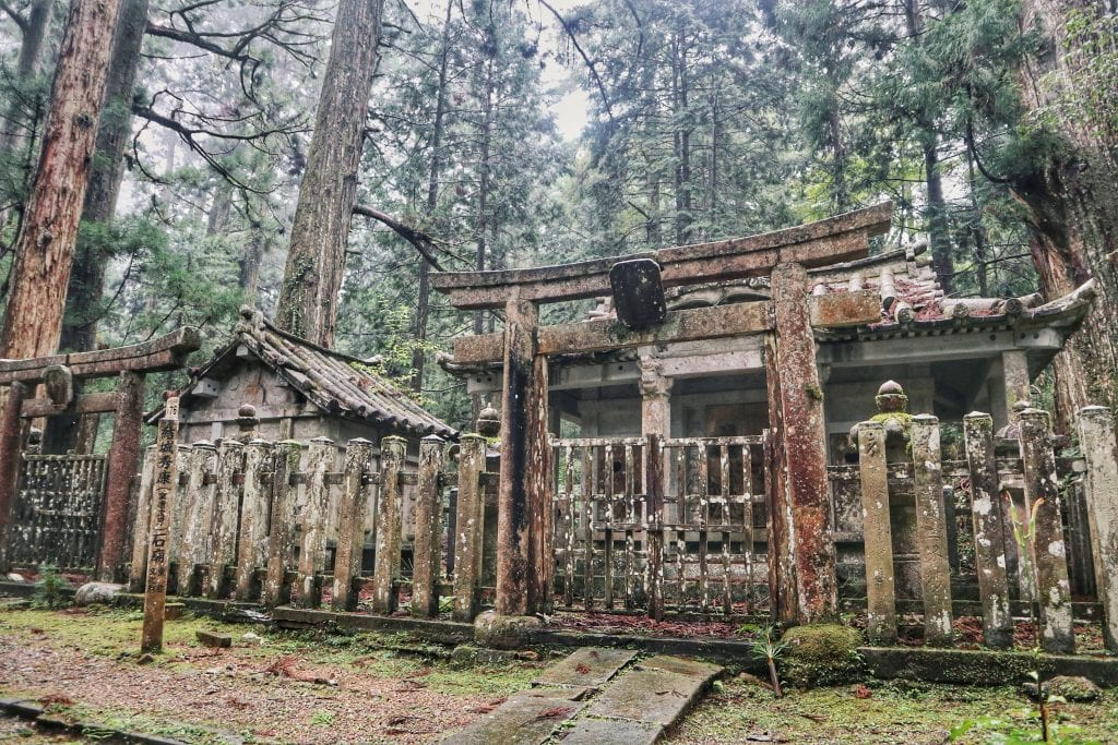 Steintore im Okunoin-Friedhof