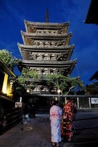 Tempel mit Geishas bei Nacht in Kyoto