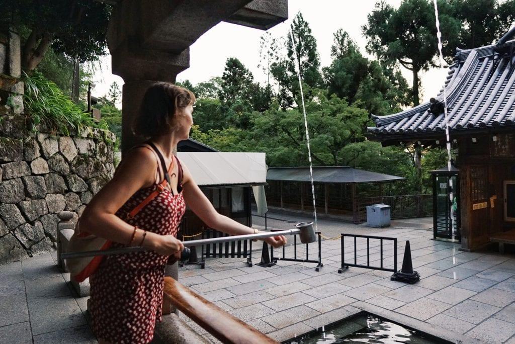 Travellerin Lisa trinkt vom Otowa Wasserfall