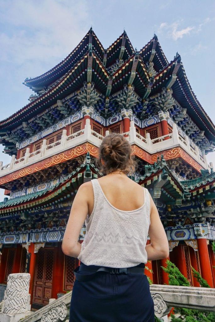 Travellerin Lisa vor einem chinesischen Tempel