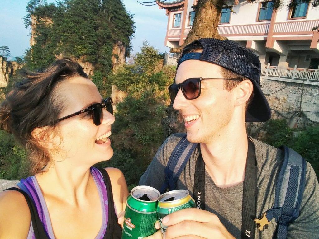 Travellerin Lisa und Freund trinken chinesisches Bier