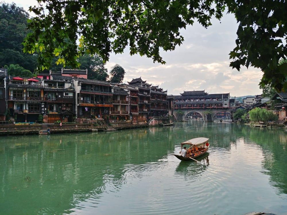 Boot auf dem Fluss durch Fenghuang