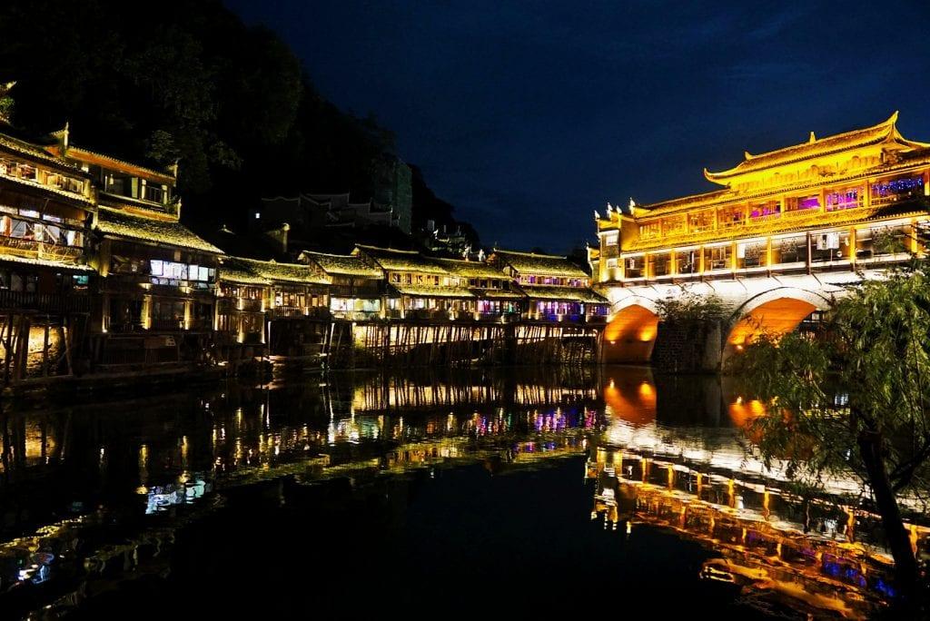 beleuchtete Brücke in Fenghuang