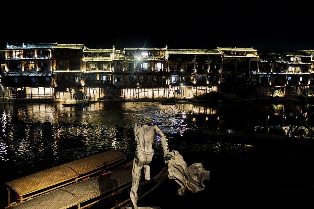 Fenghuang bei Nacht