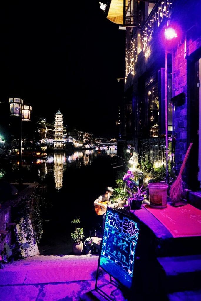Livemusik und Cocktails am Fluss von Fenghuang