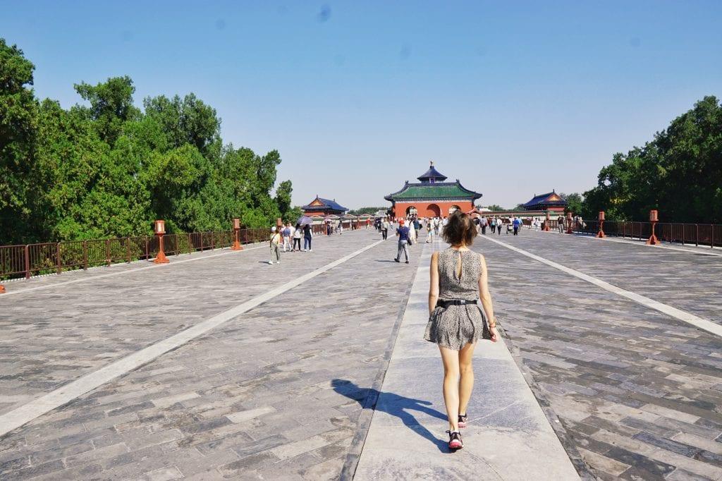 Travellerin Lisa läuft zum Tempel