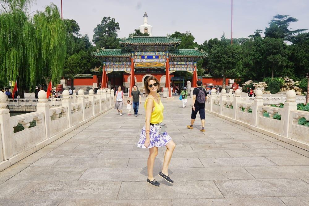 Travellerin Lisa vorm Ausgang des Tempel im Beihai Parks
