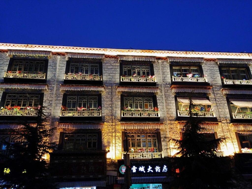 Gebäude von Lhasa bei Nacht