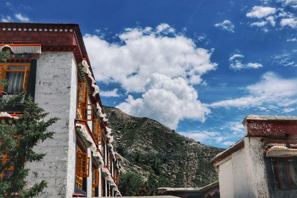 Häuser und Berge in der Sera Monastery
