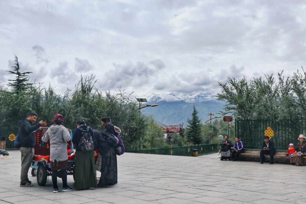 Blick auf Lhasa mit Verkäufer