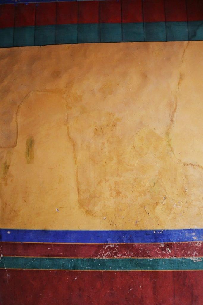 Gelbe Wand in der Drepung Monastery