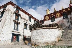 Tibets Klöster: weiße Gebäude der Drepung Monastery