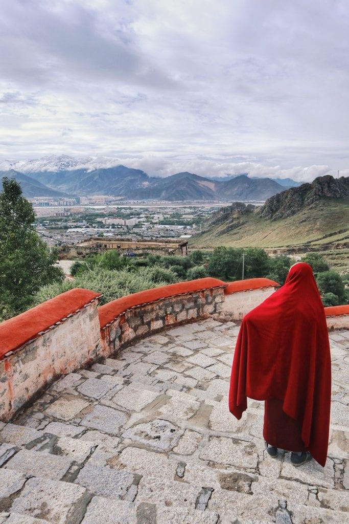 Mönch auf dem Berg der Links herum in der Drepung Monastery