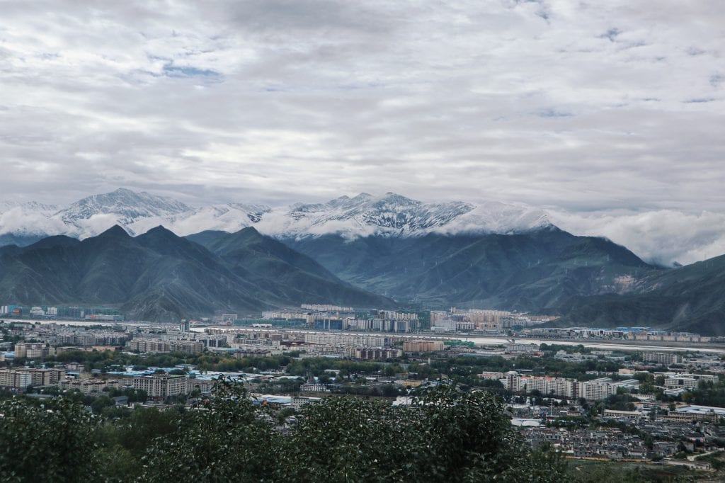 Lhasa und Berge von der Drepung Monastery aus