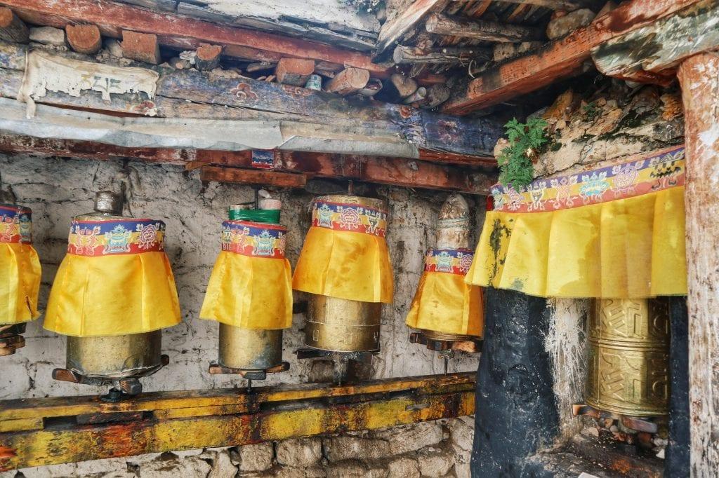 Goldene Gebetsmühlen in der Drepung Monastery